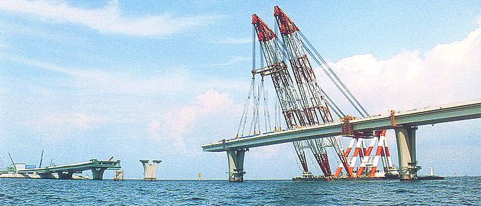 東京湾横断道路(千葉県木更津市中島沖合):フローチングクレーンによる架... 大ブロック工法